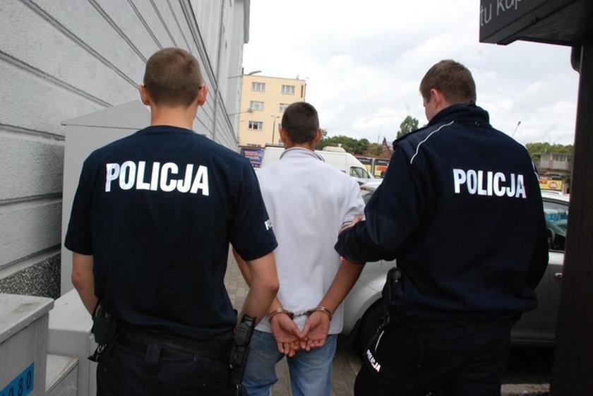 Policjanci prowadzą bandytę