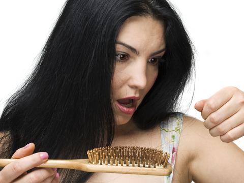 niedobór żelaza objawy wypadanie włosów