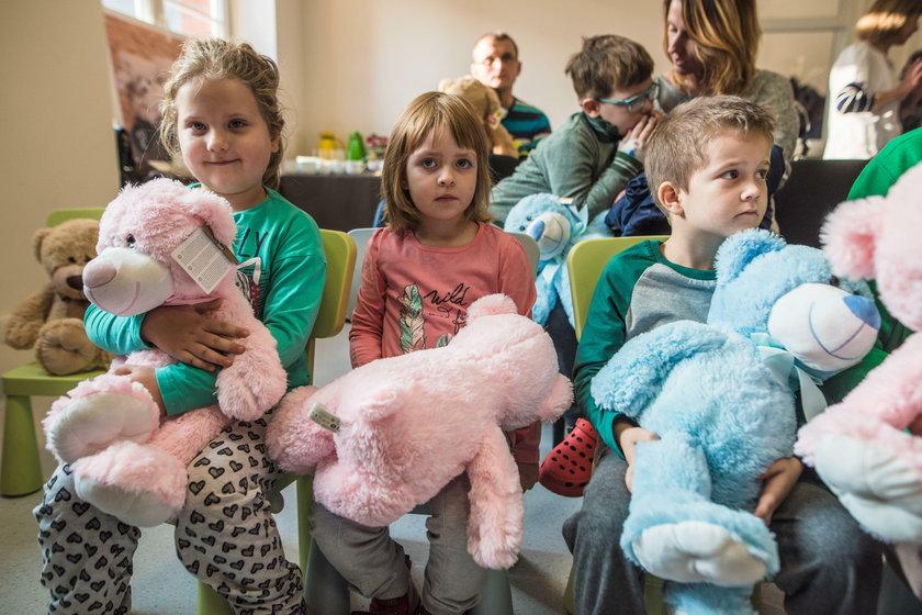Dzieci z łódzkich szpitali dostały misie od znanych artystów i projektantów mody