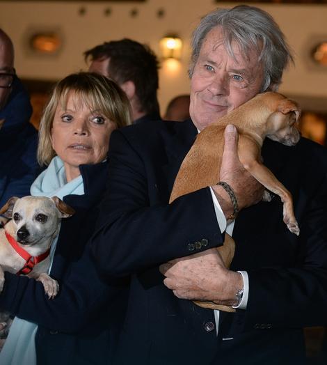 Nemačka glumica Ursula Uši Glas i Delon poziraju sa psima na otvaranju Božićnog sajma u Austriji 2014.