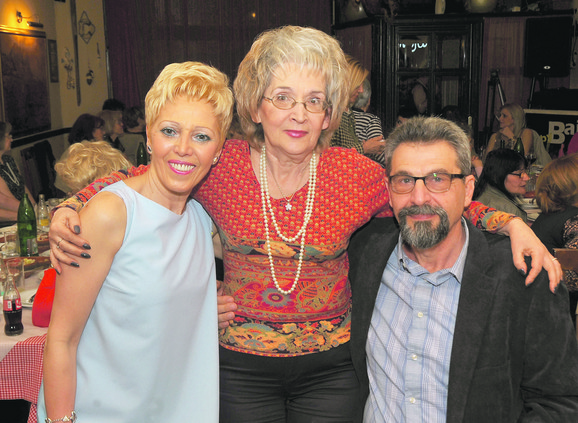 Direktorka Slađana Filipović sa direktorom Nebojšom i rođenom sestrom koju je operisao Dejanović Ljubicom