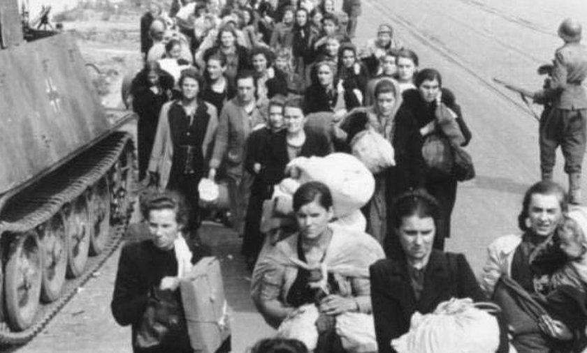 Zdjęcie to przedstawia mieszkańców prowadzonych przez Niemców ul. Wolską. Nie oszczędzano nikogo – starszych, dzieci, kobiet.