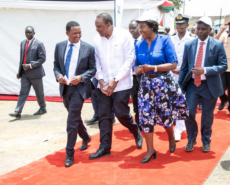 President Uhuru Kenyatta received by Governors Alfred Mutua and Charity Ngilu in Masii for the launch of NIIMS registration (PSCU)