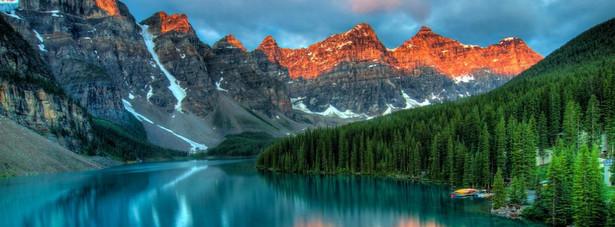 10. miejsce: Kanada – jest tak olbrzymia, że nie da jej się zwiedzić podczas jednego, krótkiego pobytu. Właśnie dlatego, podczas podróży do Kanady warto skupić się jej jednym regionie i właśnie w jego obrębie zacząć zwiedzanie. Kanada to przede wszystkim niezwykłe, naprawdę piękne krajobrazy, które zapierają dech w piersiach. Jest to raj dla wędkarzy, narciarzy i miłośników świeżego powietrza. Dodając do tego niezwykłe wielokulturowe i tętniące życiem miasta: Toronto, Vancouver i Montreal, otrzymuje się miejsce, w którym każdy znajdzie coś dla siebie i będzie chciał tam wrócić.