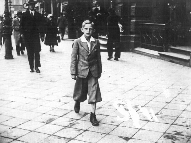 Jedenastoletni Stefan K. pod ratuszem w Toruniu, 1936