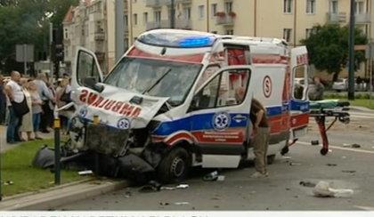 Auto zderzyło się z karetką. Nie żyje pasażer, są ranni!