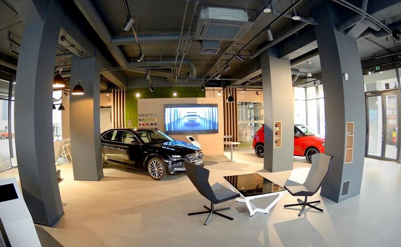 W przestrzeni nowo otwartego showroomu klienci będą mogli korzystać nie tylko z iPadów, ale także z interaktywnego stołu i ekranu dotykowego oraz ściany video składającej się z czterech 55-calowych telewizorów. Na wszystkich urządzeniach zainstalowano specjalną aplikację, która przez cały proces zakupowy towarzyszy zarówno kupującemu, jak i sprzedawcy