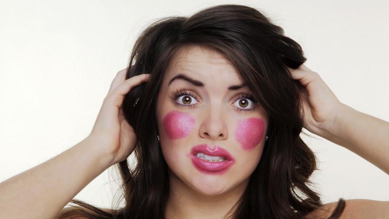 Taki make-up na pewno odebrałby kobiecie szanse na pracę, o którą się stara, ale badania pokazały, że idąc na rozmowę kwalifikacyjną, nie warto również być idealnym pod względem wyglądu. Kobieta prezentująca się perfekcyjnie może wywoływać w rekrutującym poczucie zagrożenia