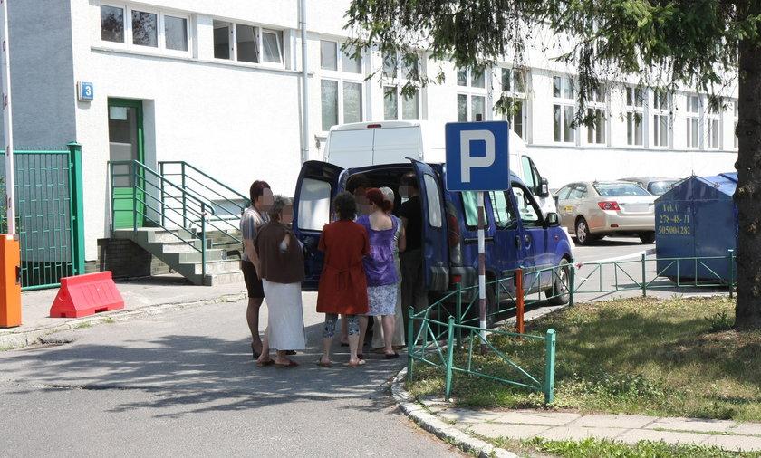 Urzędniczki z MPK w Krakowie kupują wafle i ciastka w czasie pracy.
