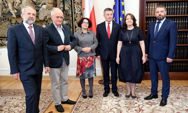 W pięcioosobowej Radzie, oprócz Czabańskiego, Lichockiej i Brauna, zasiada też Elżbieta Kruk (PiS) i Grzegorz Podżorny, zgłoszony przez klub Kukiz'15