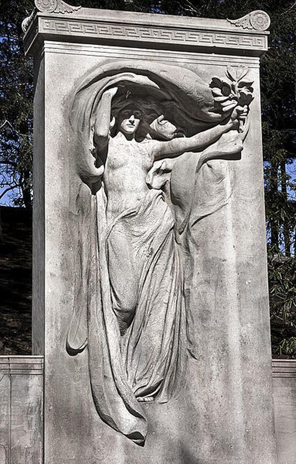 Lepa Odri Manson pozirala je i za skulpturu vajara Danijela Čestera Frenča na spomen-obeležju posvećenom braći Melvin poginuloj u Američkom građanskom ratu