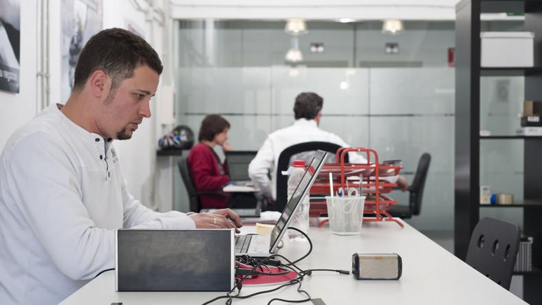 Informatyk siedzący przed komputerem