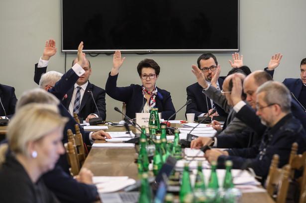 Zgodnie z projektem, kadencja członków Państwowej Komisji Wyborczej wskazanych przez Sejm ma odpowiadać kadencji parlamentu.