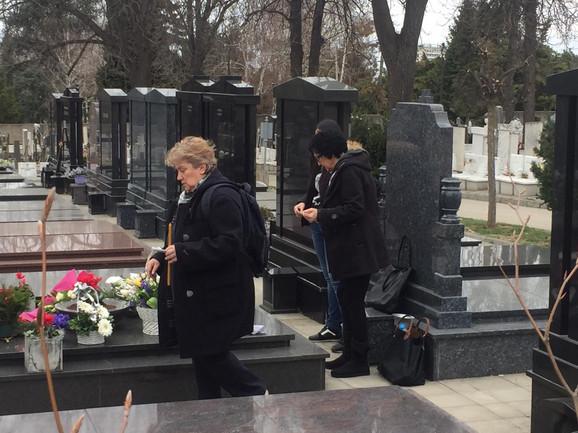 DEVET GODINA OD TRAGIČNE SMRTI KSENIJE PAJČIN Majka Ljubica u suzama grlila i ljubila spomenik ubijene ćerke