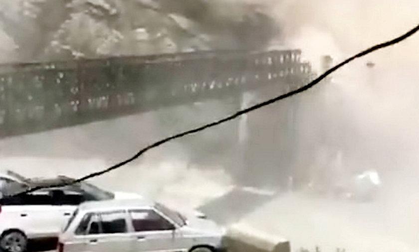 Osuwisko zniszczyło most. Są zabici i ranni.
