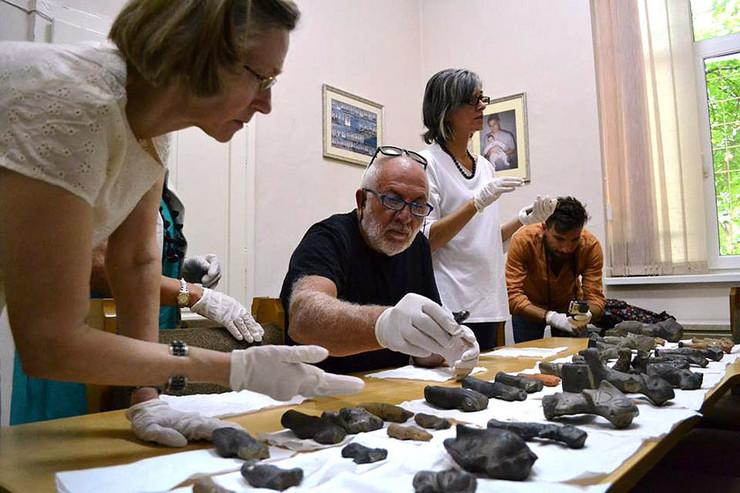 Italijani pregledaju i biraju figurine