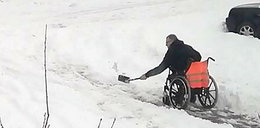 Mężczyzna na wózku musiał odśnieżać. To zdjęcie obiegło internet