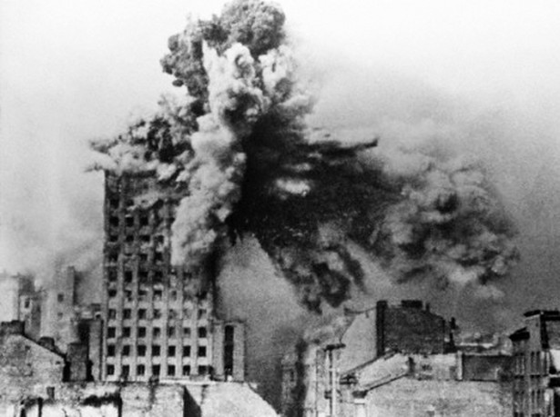 Powstanie Warszawskie: 28 sierpnia gmach Prudentialu został trafiony przez 2-tonowych pocisk z moździerza Karl Gerät. Widok z dachu domu przy ul. Kopernika 28.