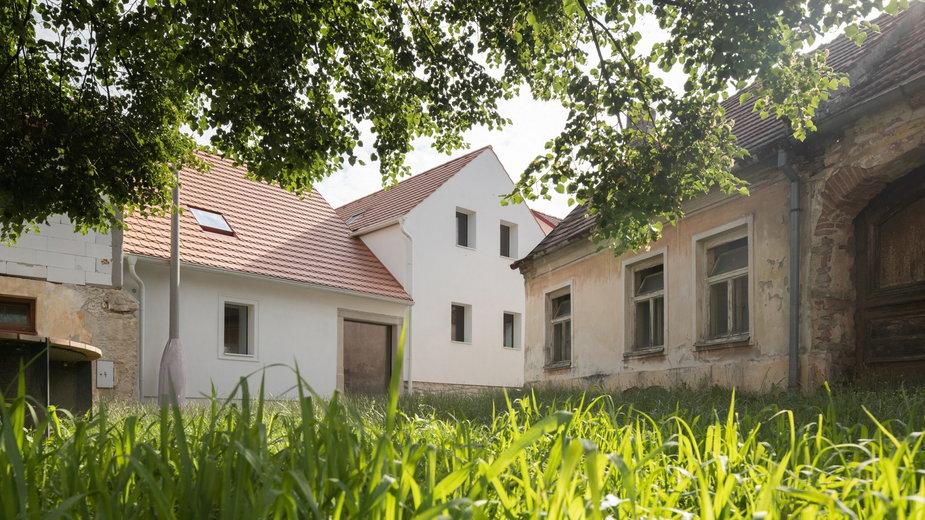 Przebudowa starej chaty. Architekci zmienili ją w nowoczesny dom