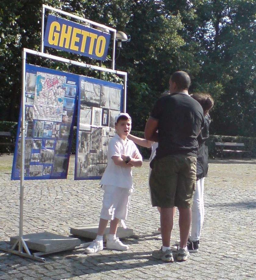 Dzieci Madonny odwiedziły teren getta. Foto