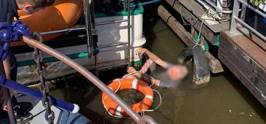 Dramatyczne sceny w Krakowie. Mężczyzna wypadł ze statku i zaplątał się w linę