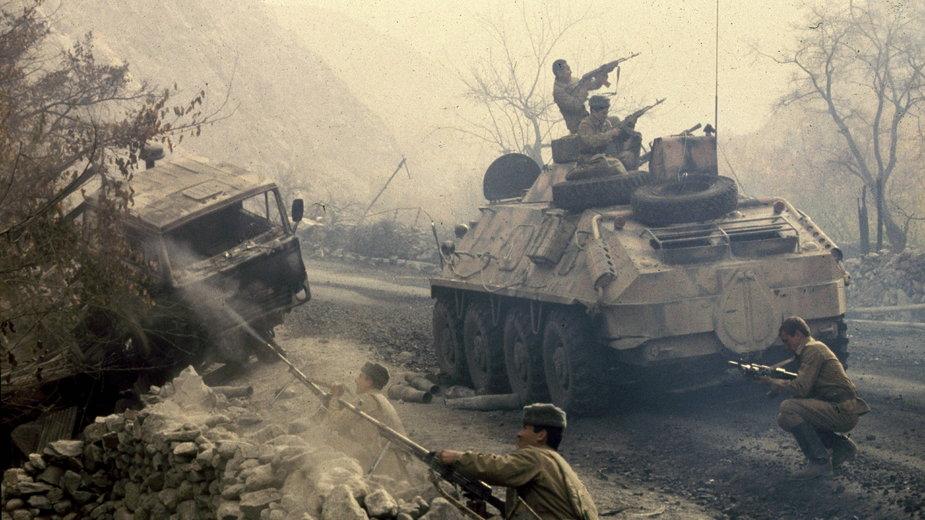 Afganistan, około 1982. Żołnierze sowieccy podczas akcji w pobliżu tunelu Salang.