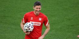 Niecodzienny wypadek na treningu polskiej kadry. Lewy przyłożył za mocno i piłka trafiła w... Sami to zobaczcie. FILM