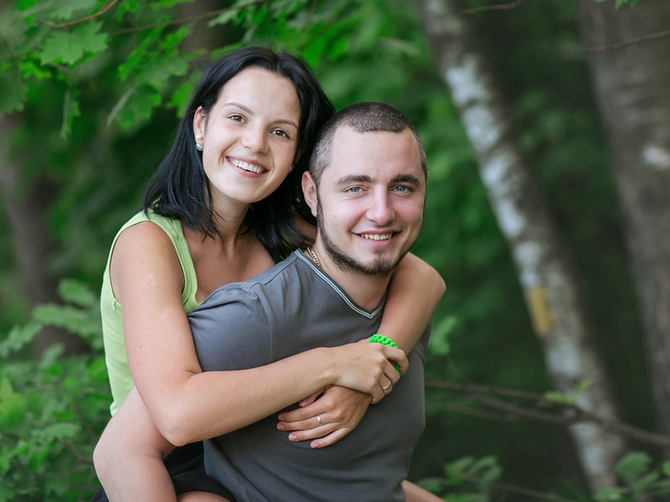 Deluju kao divan par? Posumnjao je da mu žena ima aferu, odveo je u šumu i uradio nešto MONSTRUOZNO. Lekari su bili zapanjeni kada je žena stigla u bolnicu