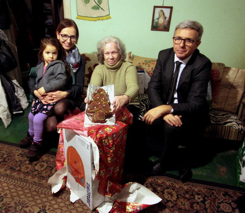 Gdański radny Andrzej Kowalczys święteczne prezenty przygotowywał z całą rodziną. Pomagały mu małżonka Magdalena i córeczka. 3-letnia Tosia sama upiekła prawdziwy piernik. Obdarowali prezentami samotną seniorkę Ewę Kraus