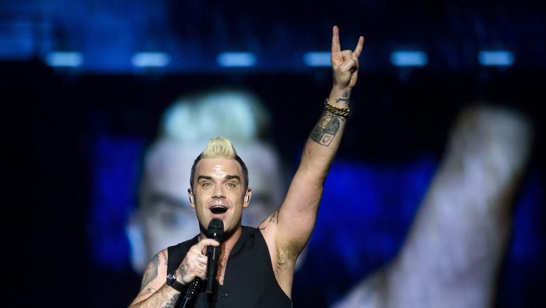 """Kto nie lubi Robbiego Williamsa? Nie ma takich osób. Dodatkowo Robbie Williams robi show, jaki każdy chce zobaczyć przynajmniej raz w życiu. Artysta wraca do Polski, by 13 sierpnia zagrać na PGE Narodowym. Możemy założyć się, że usłyszymy nie tylko nagrania z najnowszej płyty, ale i takie hity jak """"Feel"""", """"Let Me Entertain You"""" czy """"Angels"""". Bilety do kupienia w cenach od 179 do 579 złotych."""