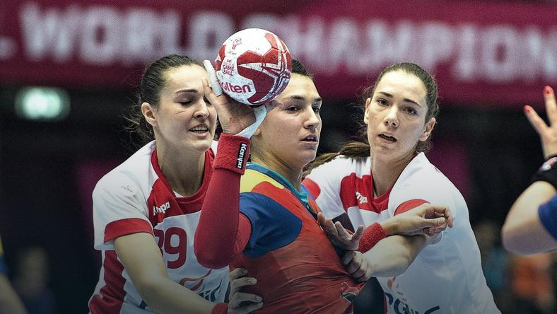 Christina Neagu (w środku) i Monika Kobylińska (P)