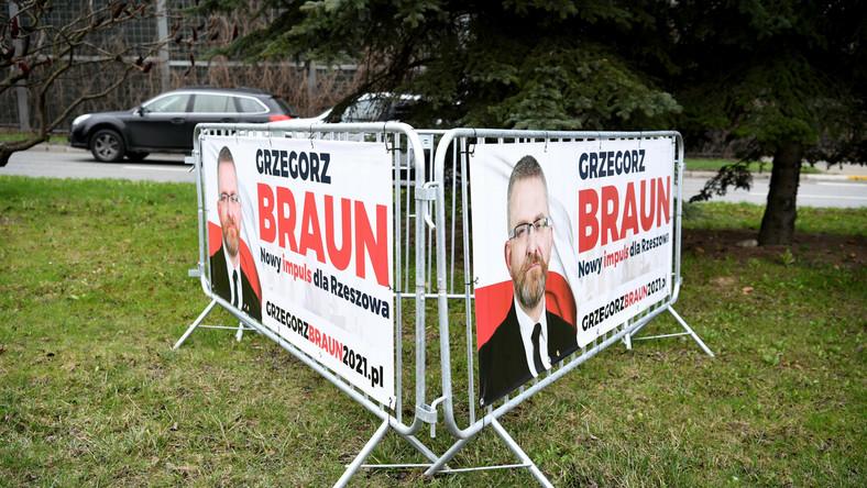 Materiały wyborcze kandydata na prezydenta Rzeszowa, Grzegorza Brauna na ulicach Rzeszowa