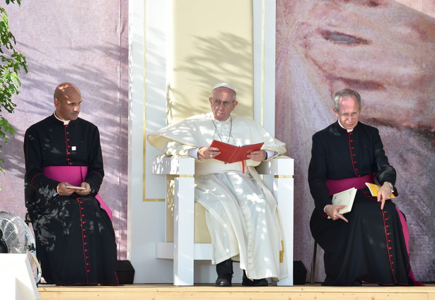 Papież Franciszek i Mistrz Papieskich Ceremonii Liturgicznych w Krakowie ks. Guido Marini podczas drogi krzyżowej na krakowskich Błoniach.