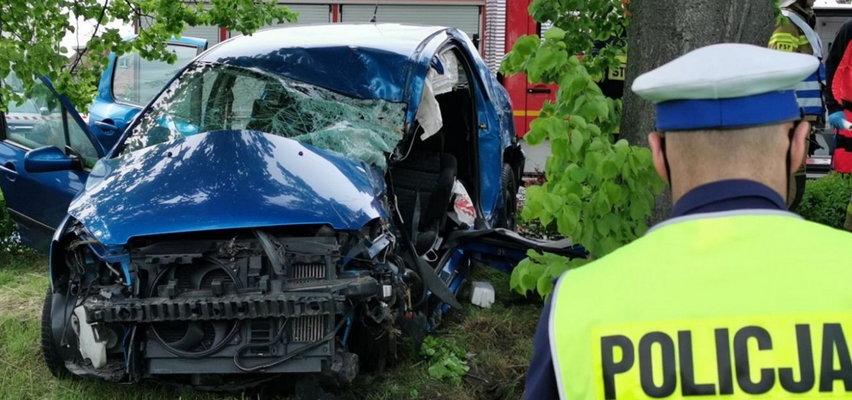 Nastolatek uciekał przed policją. Samochód roztrzaskał się na drzewie! ZDJĘCIA