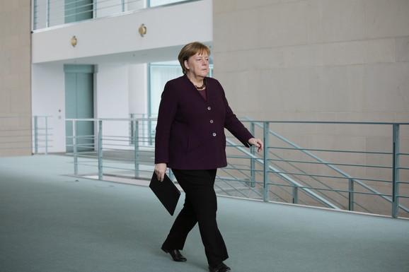 Kancelarka Angela Merkel je osudila
