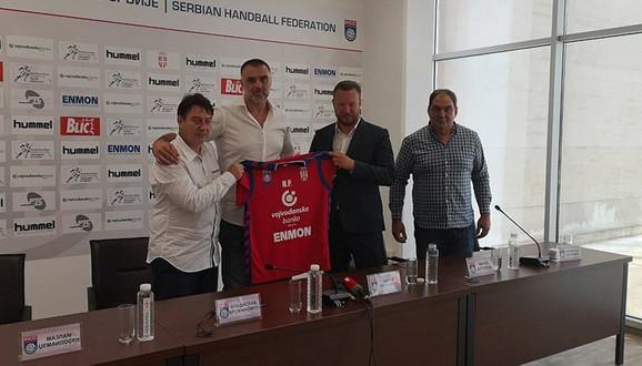 Potpredsednik RSS Mirko Butulija uručio je dres Nenadu Peruničiću, novom selektoru rukometaša