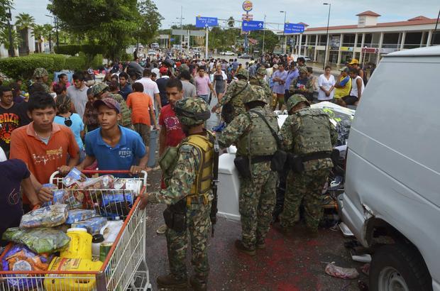 Wojsko patroluje ulice Acapulco po uderzeniu huraganu