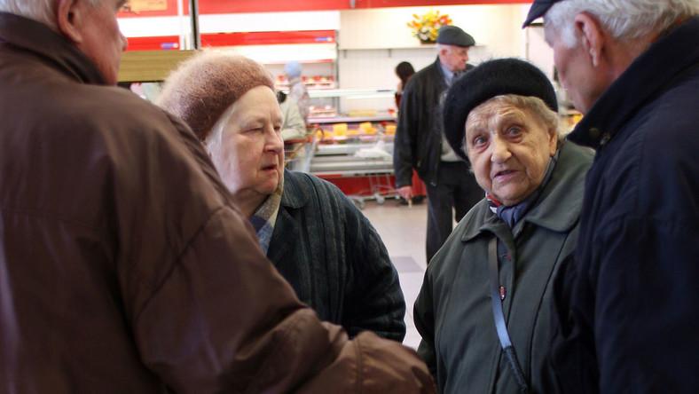 Biedni emeryci to mit! Te firmy znakomicie z nich żyją
