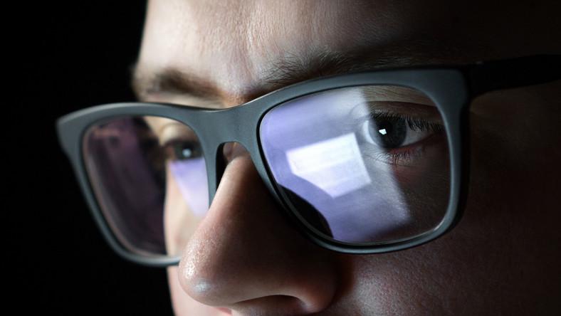 Mężczyzna w okularach pracuje przy komputerze