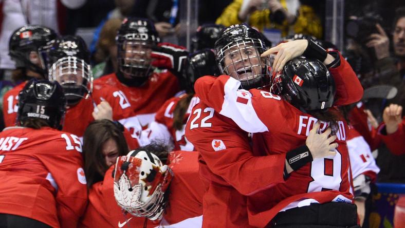Kanadyjskie hokeistki cieszą się z wygranej