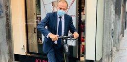Tusk szaleje na hulajnodze po Brukseli