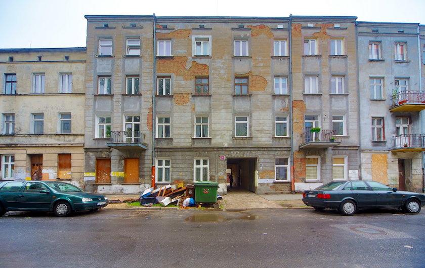 Kamienica przy ul. Grabowej w Łodzi. Dach dziurawy jak durszlak, a administracja? Dała folię