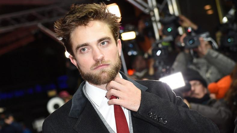 """Pattinson grywa u cenionych twórców. Za sobą ma role u Davida Cronenberga (""""Cosmopolis"""" i """"Mapy gwiazd"""") oraz Davida Michôda (""""The Rover""""). Co prawda, krytycy różnie oceniają jego starania, ale już nikt nie nazywa go """"aktorskim drewnem"""""""