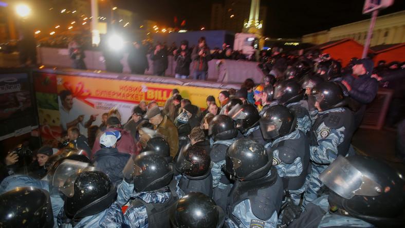 W Kijowie dwóch Polaków zostało pobitych przez milicję w czasie ataku na pokojową demonstrację. Liczba rannych sięga kilkudziesięciu, a zatrzymano co najmniej 33 osoby. Około dwóch tysięcy milicjantów rzuciło się nad ranem na dwukrotnie mniejszą grupę protestujących. Funkcjonariusze oddziałów specjalnych Berkut kopali i bili pałkami, nawet tych, którzy leżeli już na ziemi.