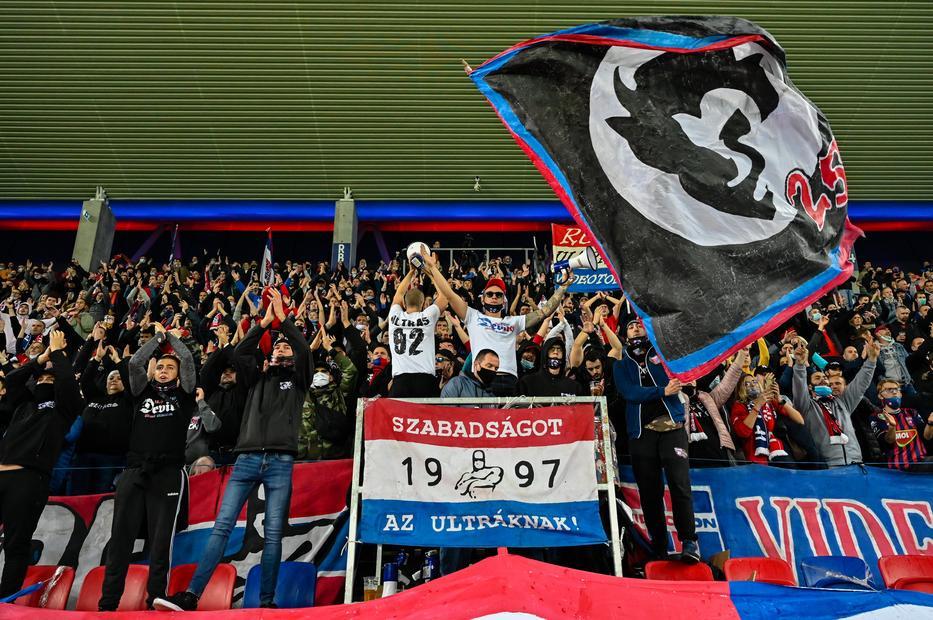 Fehérvári szurkolók a Videoton - Ferencváros meccsen tavaly október 31-én. Idén is megmérkőznek még, talán már nézők előtt / MTI/Vasvári Tamás