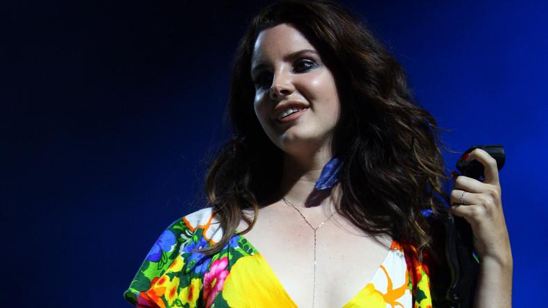 """Data ukazania się nowego albumu Lana Del Rey nie została oficjalnie potwierdzona, ale o """"Ultraviolence"""" sporo już wiadomo. W zestawie znajdzie się czternaście utworów, z czego trzy to bonusy. Tytuły nagrań artystka opublikowała na Facebooku. Sesja odbywała się w Nashville, a nad brzmieniem czuwał Dan Auerbach z The Black Keys. – Jej demówki były dobre, a piosenki mocne –zdradził rockman. – Chciałem zaangażować muzyków, których cenię, by osiągnąć właściwe brzmienie. Nie zamierzałem zepsuć tego, co przygotowała. Śpiewała na żywo z 7-osobowym zespołem. Czyste szaleństwo"""