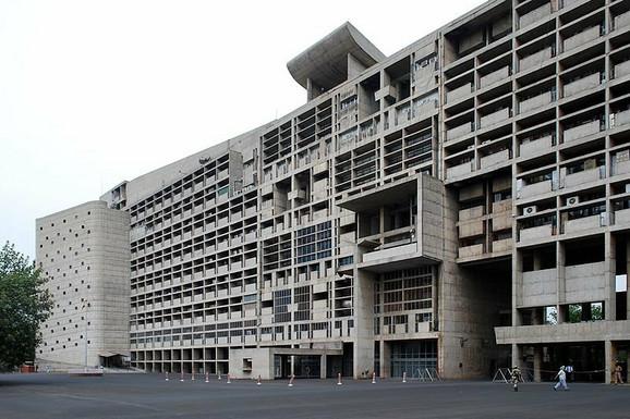 Zgrada Sekretarijata u Čandigaru (1953) © Sanyam Bahga / Wikipedia
