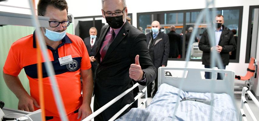 Minister zdrowia na zdjęciu z... manekinem. W sieci zawrzało