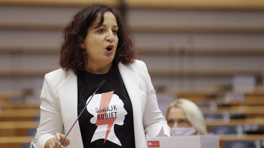Hiszpańska eurodeputowana Iratxe García Pérez w koszulce Strajku Kobiet