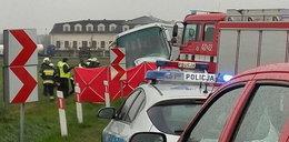 Autokar z dziećmi zderzył się z osobówką. Nie żyje jedna osoba